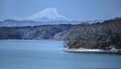 雪化粧の湖