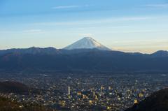 甲府からの富士~斜光に色付く街