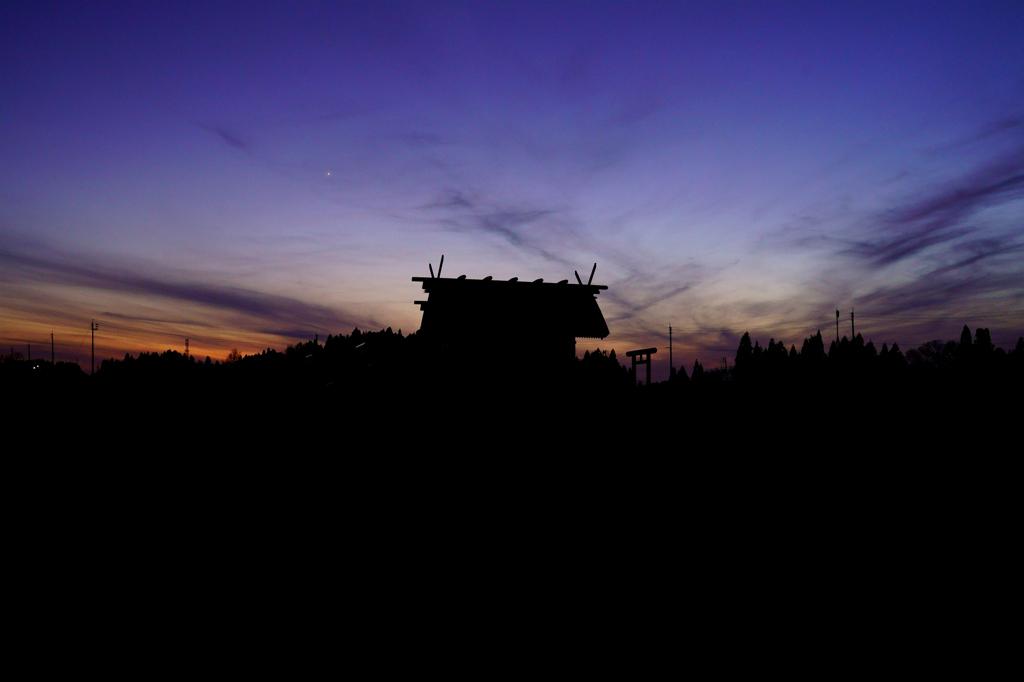夕陽に沈む神の社