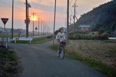 街の風景 自転車の少女