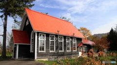 赤い屋根の教会の秋