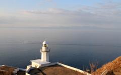 朝日を受けた地球岬灯台