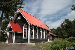 赤い三角屋根の教会