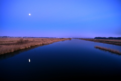 手賀川と新春の満月