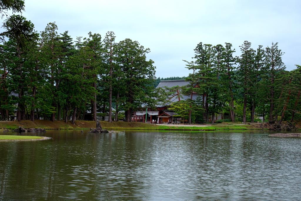 毛越寺大泉が池と本堂