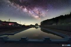 プールに浮かぶ銀河