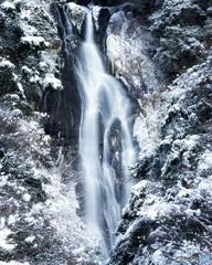 雪積もる滝