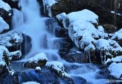 水流れる冬の渓谷
