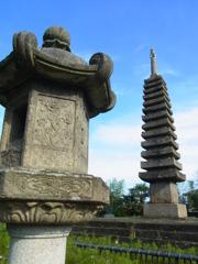 石灯籠と石宝塔。