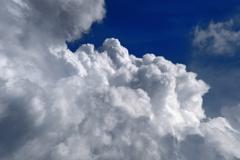 雲の頂に向かって上昇