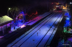 青く輝く駅