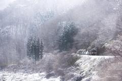 雪の渓谷を走るローカル線