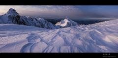 朝日を浴びるシュカブラと宝剣岳