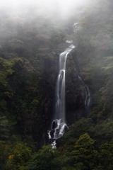 霧に煙る段瀑