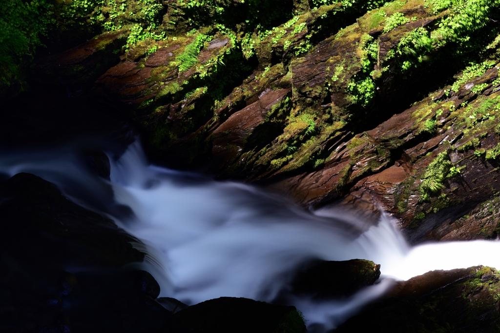 斜の山影と清流