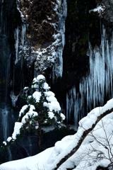 氷のパイプオルガンとクリスマスツリー
