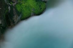 緑苔と乳白色の渓