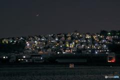 月が沈んできた街