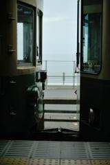 江ノ電ごしに海
