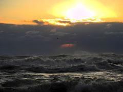 白波の夕景
