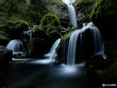 元滝から流れ出す。