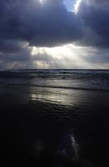 波打ち際から望む光芒