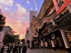夕焼けに染まる歌舞伎座