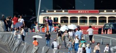 大桟橋に向かう人々、戻る人々