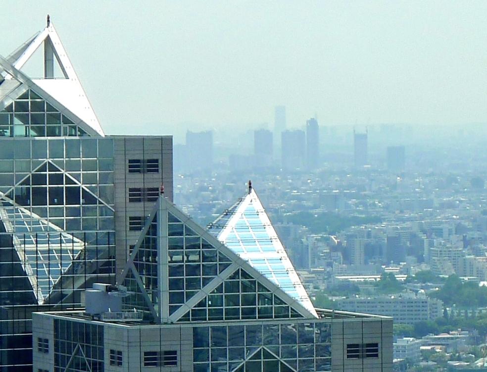 パークハイアット東京越しの横浜ランドマークタワー