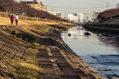 柏尾川の辺にて - 戸塚駅方面を望む