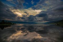 雲を映す諏訪湖