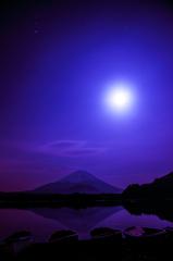 富士山と精進湖を照らす月明かり2