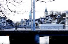 駅からすぐにある橋