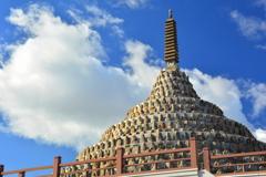 壬生寺・千体仏塔と冬の空