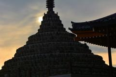 壬生寺・千体仏塔の夕暮れ