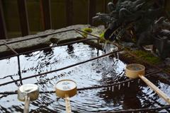 竈神社・手水舎の冬