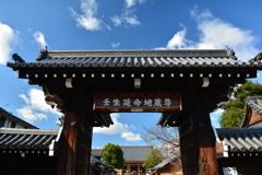 壬生寺・表門と冬の空