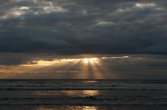 雲間より覗く光