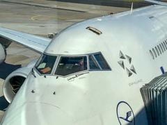 B747-8コックピットに天窓が・・・(^_^;