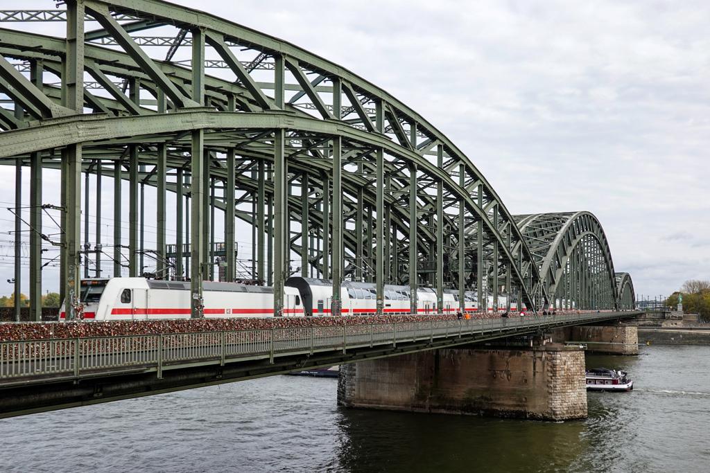 ホーエンツォレルン橋を渡るIC2@ケルン