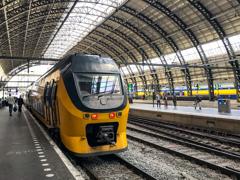 オランダ鉄道は黄色に青いライン@アムステルダム中央駅