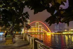 夜景を見ながら川縁を・・・