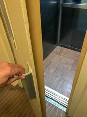 二重扉のエレベーター