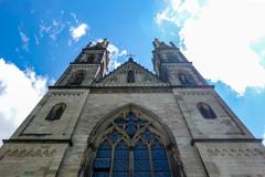 見上げるアポリナリス教会正面@レマーゲン