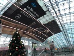 フランクフルト国際空港駅はクリスマス+EV一色