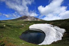 擂鉢池の残雪と旭岳