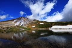 姿見の池に旭岳の荒ぶる山頂の姿を映して