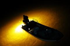 黄色い集魚灯の灯りに浮かびあがる漁の船