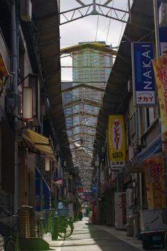 昭和の香りのする商店街と高層ビルの見える風景