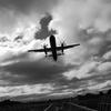 空一面の雲とプロペラ機
